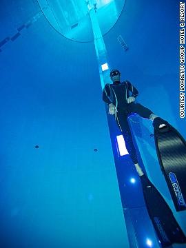 Az olasz szabadtüdős bajnok. Umberto Pelizzari ott volt a medence megnyitóján...