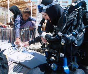 Louise beduin gyerekeknek osztja az igét Fotó: Mark Brill