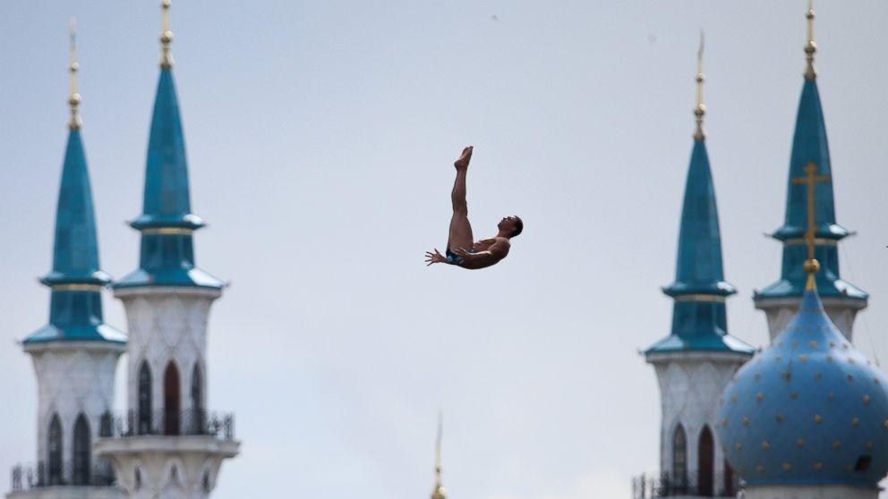Az egyik toronyugró akció közben. Fotó: Denis Tyrin/AP Photo