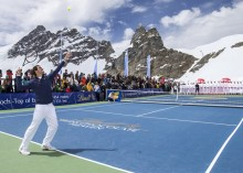 AP ROGER FEDERER IN MATCH WITH US SKI RACER LINDSEY VONN ATOP THE JUNGFRAUJOCH ÌTOP OF EUROPEÎ I CPACOM CHE