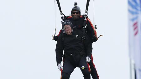 la-na-president-george-hw-bush-skydives-20140612