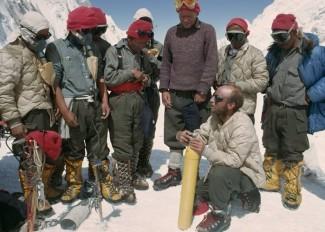 A szituáció sajnos új, de a kép nem: középen Thomas Hornbein, az Everest nyugati vállának első meghódítója 1963-ban. Serpák nélkül már akkor sem ment