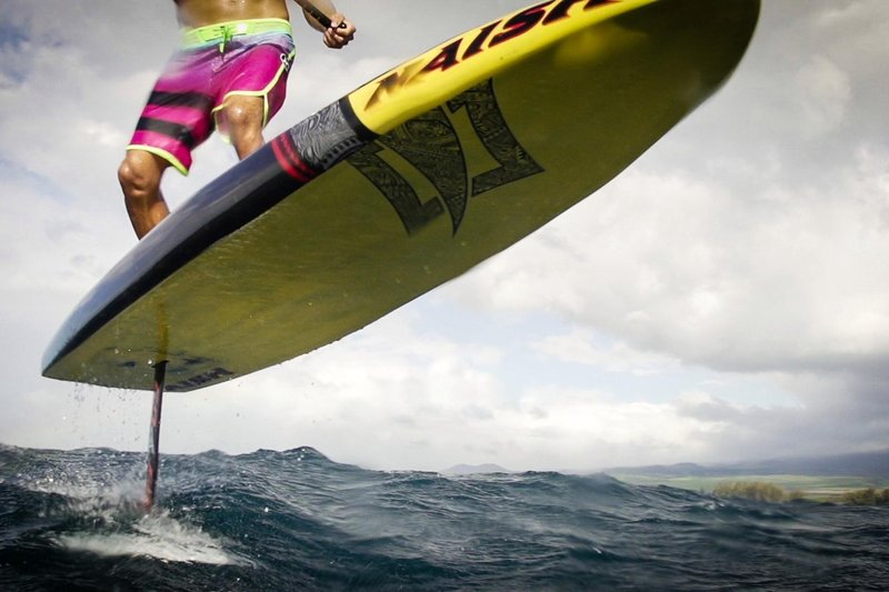 surfer-kai-lenny-tries-out-a-new-type-of-stand-up-paddleboard-that-flys-above-the-water